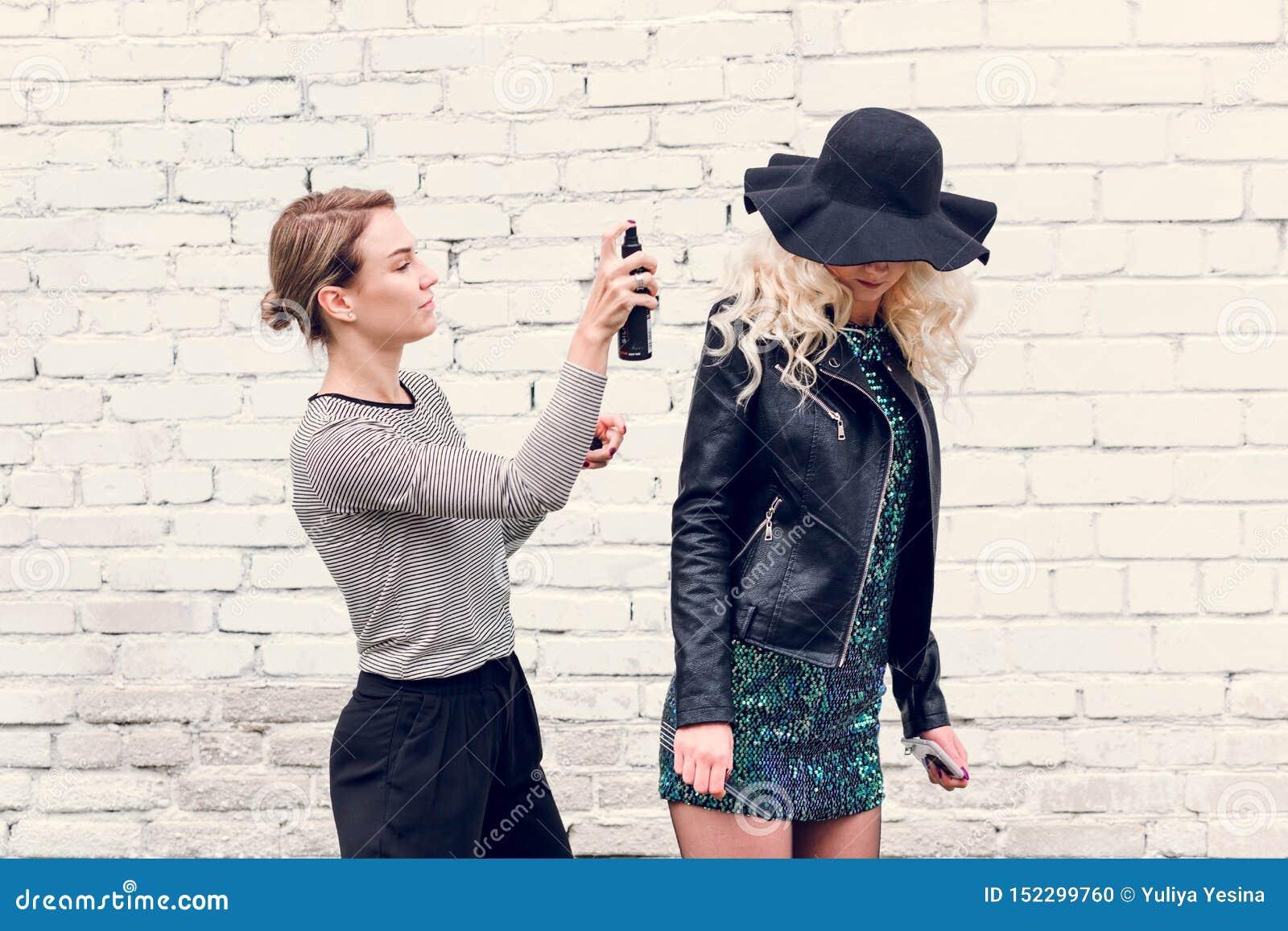Minsk, Wei?russland - 30. Januar 2019 Stilist richtet Haarmodell auf der Straße gerade
