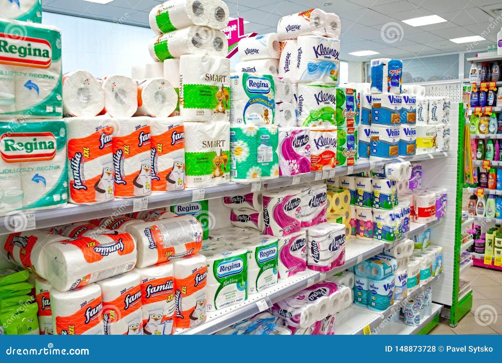 MINSK, WEISSRUSSLAND - 22. MAI 2019: Verschiedene Arten des ToilettenSeidenpapiers und der Tuchanzeige im Supermarkt