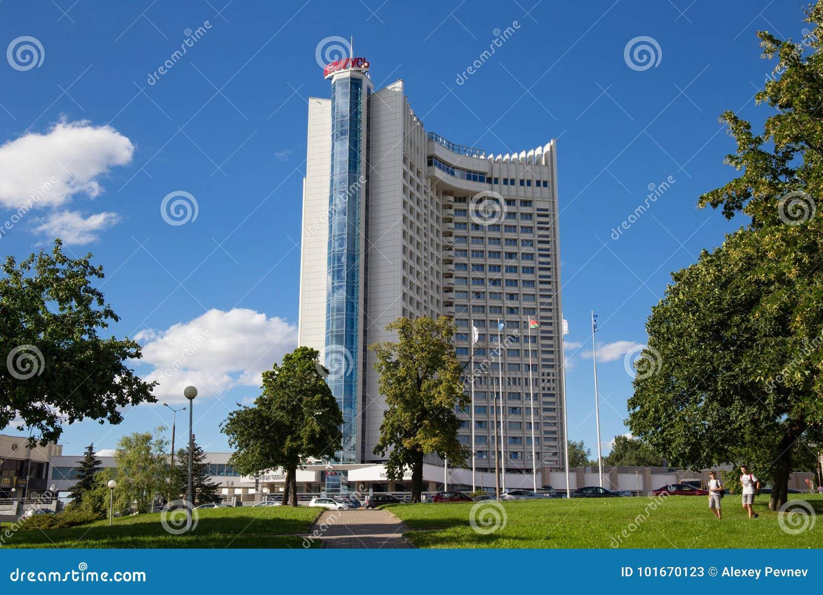 MINSK, WIT-RUSLAND - AUGUSTUS 15, 2016: De bouw van het hotel met meerdere verdiepingen ` Witrussische `