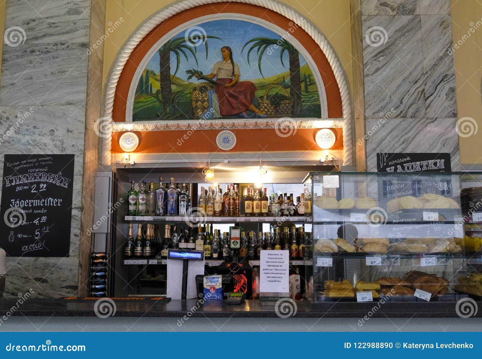 Minsk, Wit-Rusland Shop-window met traditiomgoederen en oud de stijlmozaïek van Sovjetunie in Centralniy gastronom