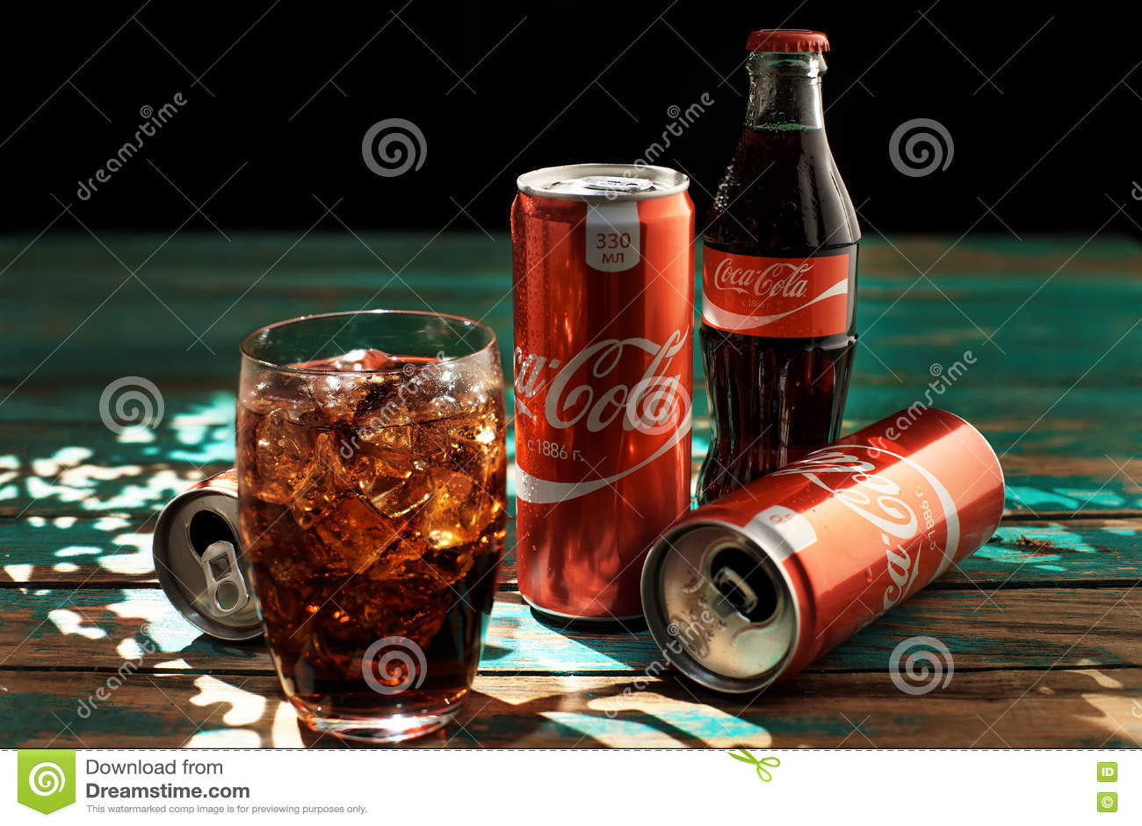 MINSK, 25 WITRUSSISCH-AUGUSTUS, 2016 Kan en een glas van bevroren Coca-Cola op een houten lijst