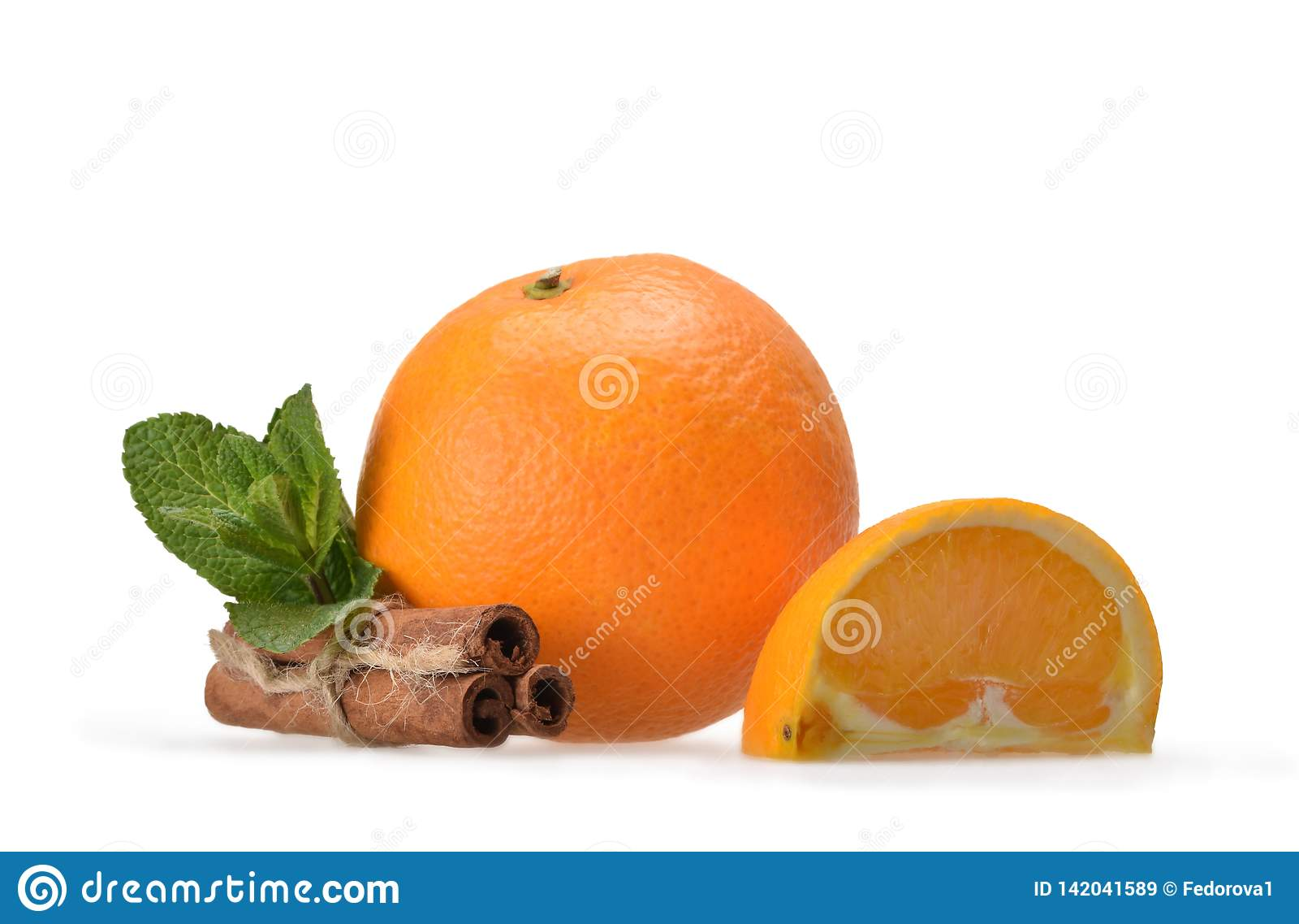 Mintkaramell, tre kanelbruna pinnar, mogen orange apelsin och fjärdedelorangutang