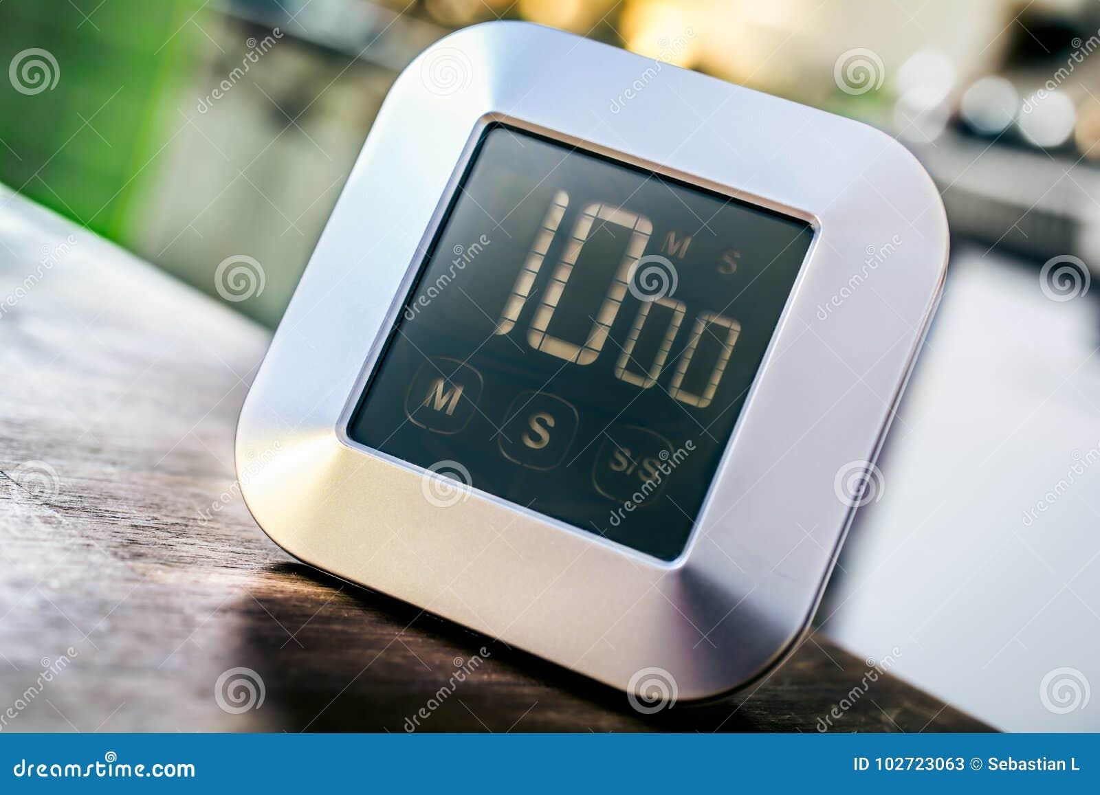 10 Minuten - Küchen-Timer Digital Chrome Auf Holztisch Stockbild ...