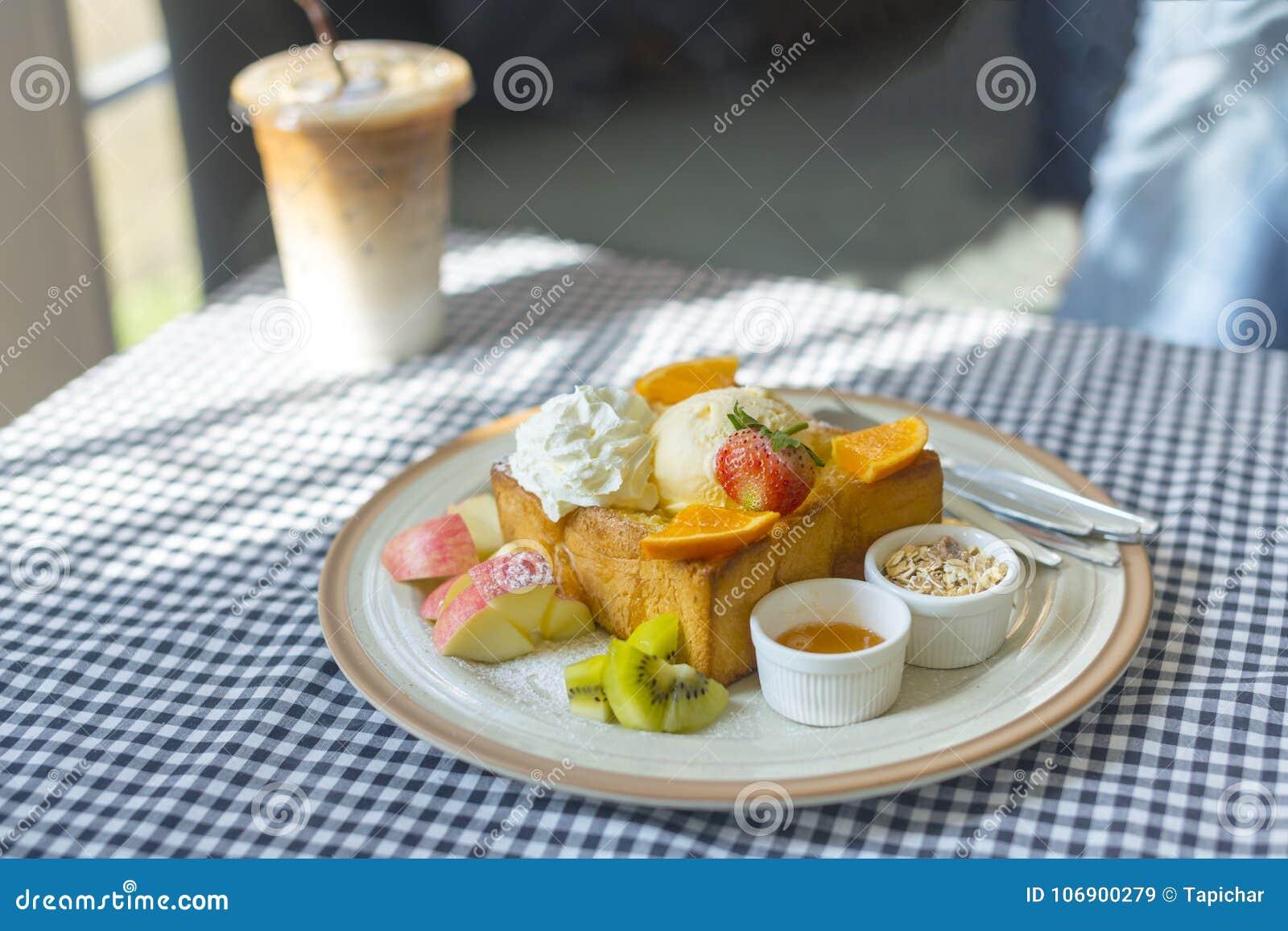 Miodowej grzanki Popularny jedzenie na stole