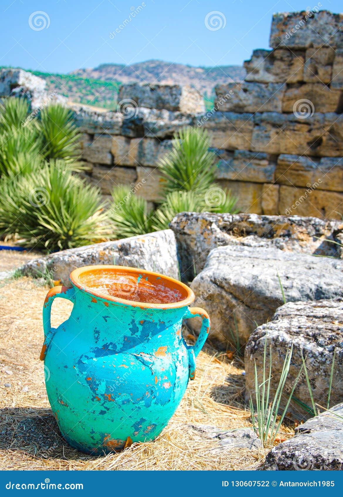 Miotacza dzbanka waza wśród antycznych kamieni, rujnować ściany, Pamukkale,