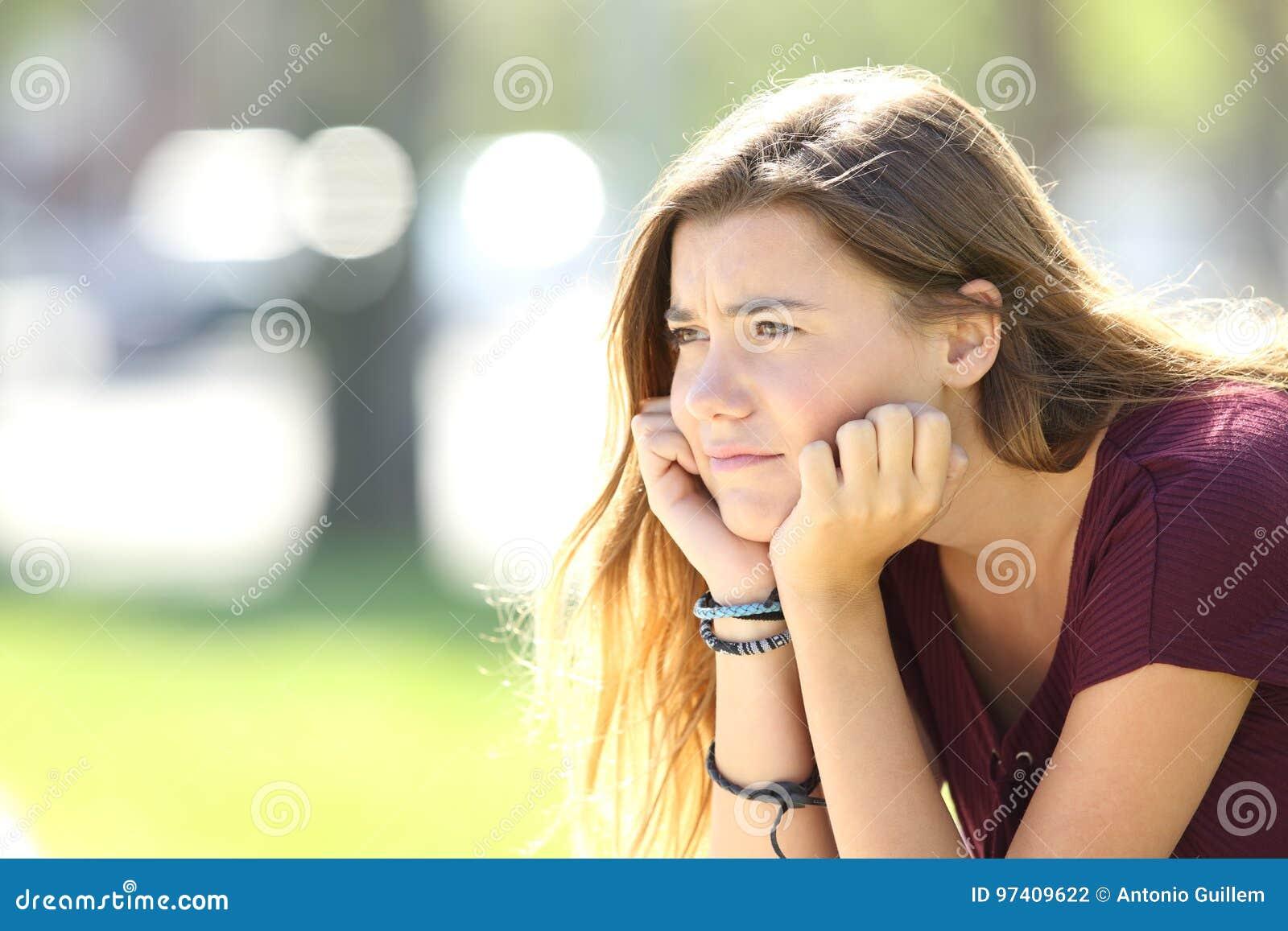 Mirada adolescente enojada lejos en la calle