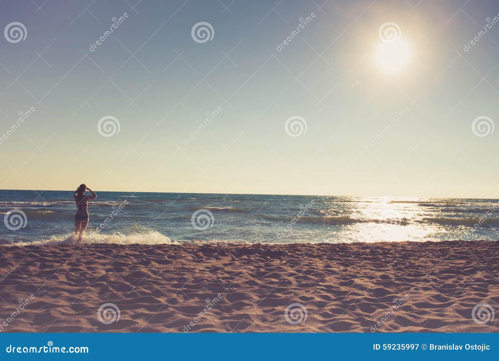 Download Mirada de horizonte imagen de archivo. Imagen de hembra - 59235997