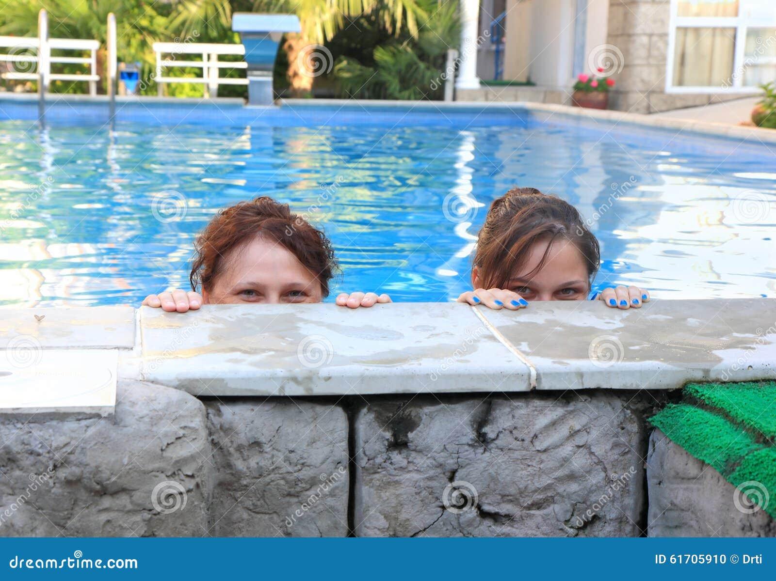 Piscina madre hija for Putas en la piscina