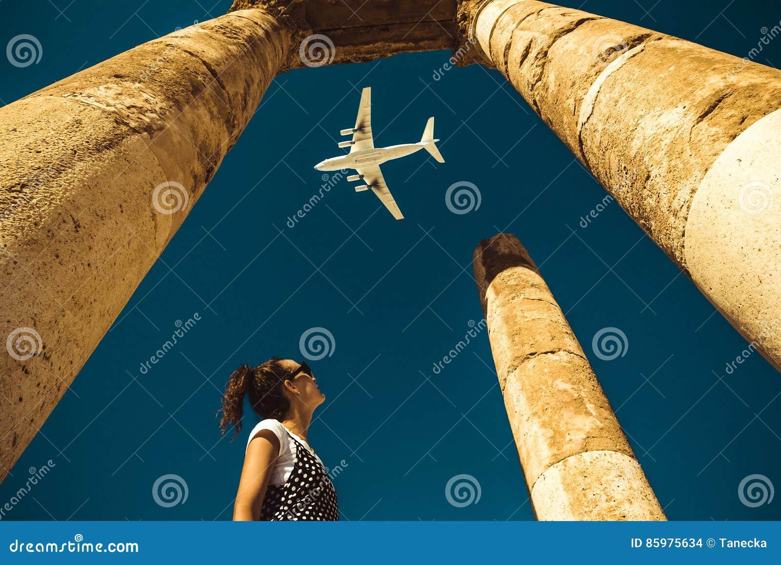 Mirada de la mujer joven en el aeroplano que sueña sobre vacaciones Explore el mundo Concepto de la exportación Hora de viajar Vi