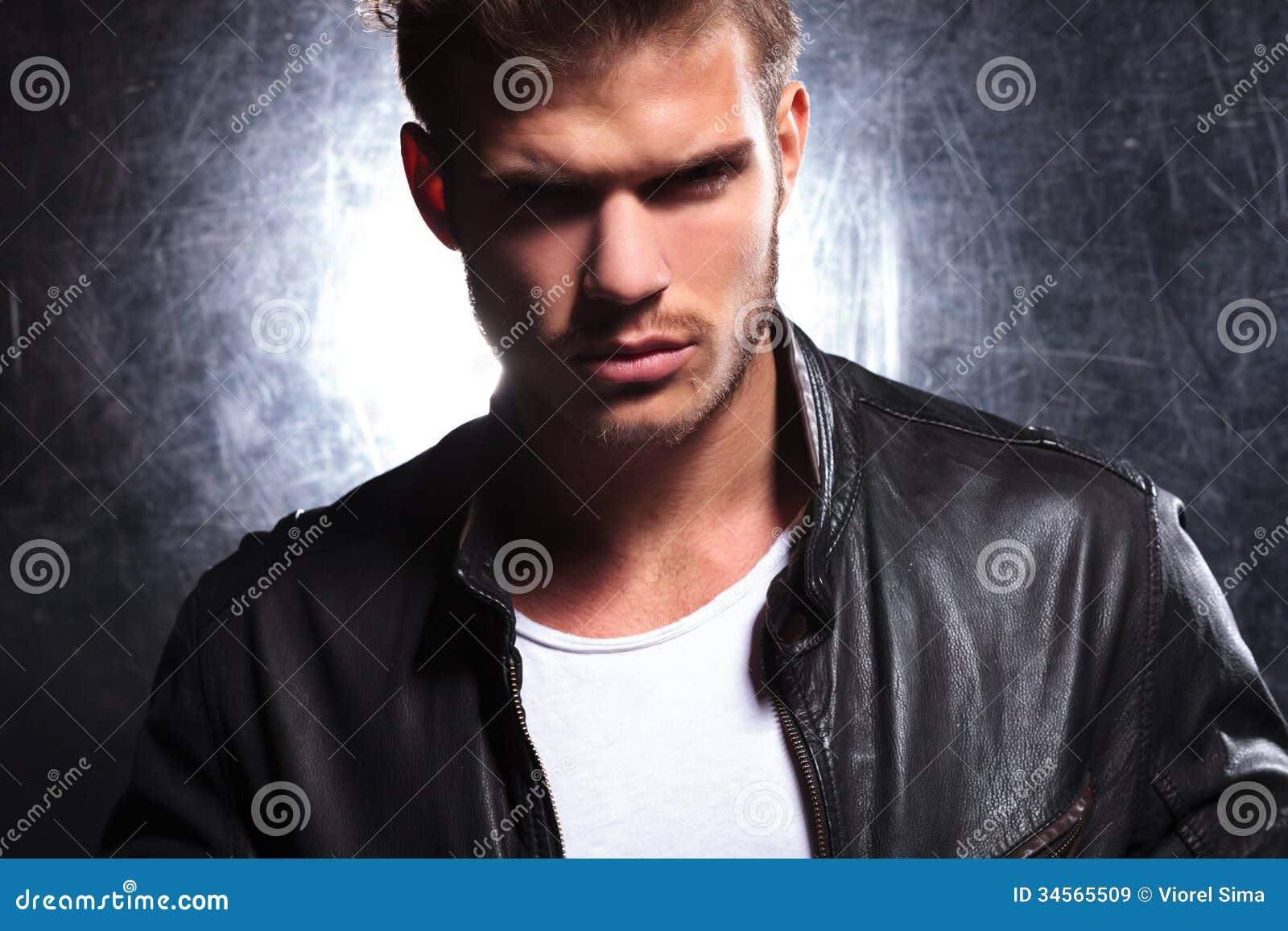 Mirada del asesino de un hombre machista joven
