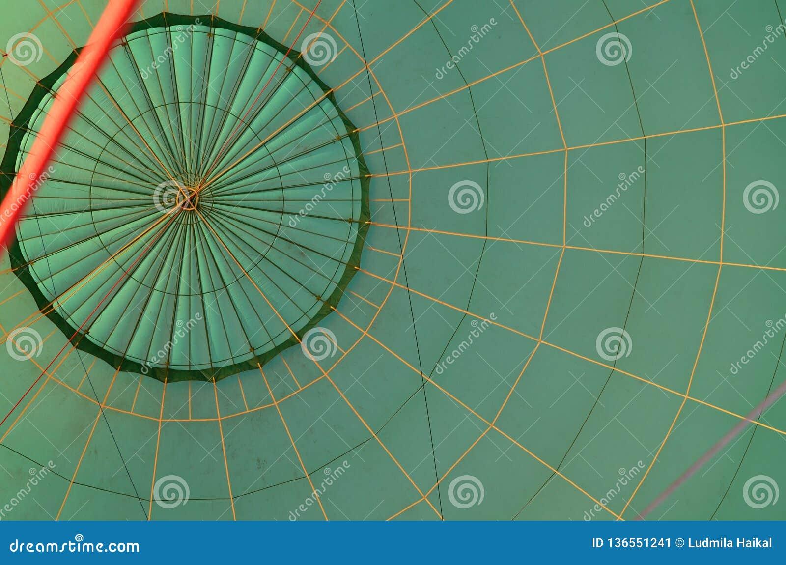 Mirada dentro del globo verde de la textura listo para volar