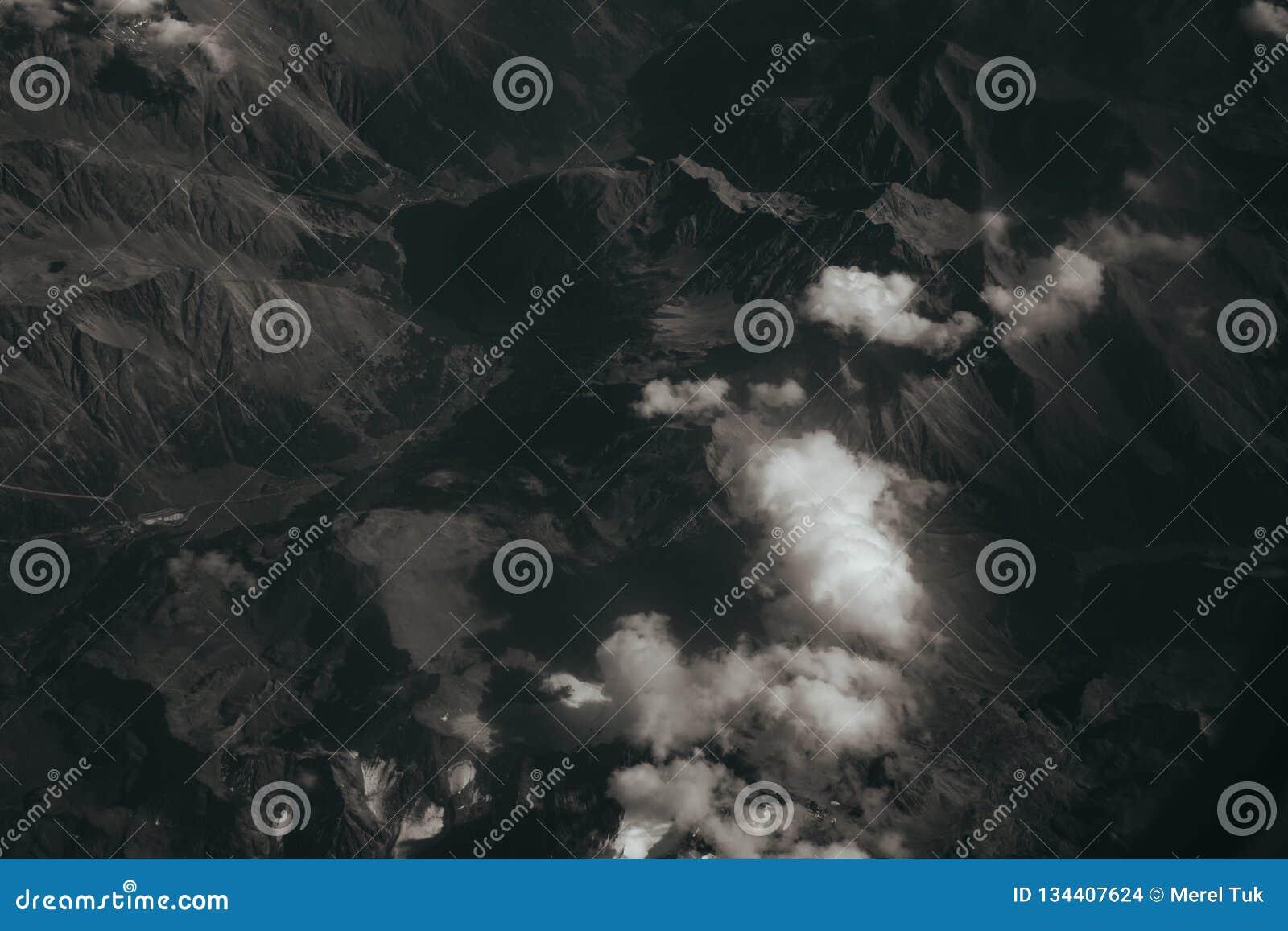 Mirada hacia fuera de una ventana del aeroplano, concepto para el photoshop