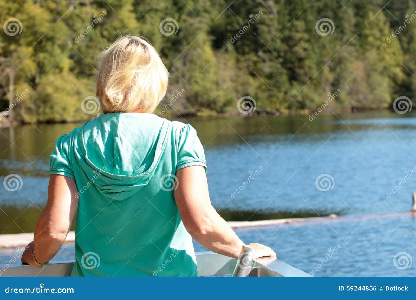 Download Mirada Hacia Fuera Sobre El Lago Foto de archivo - Imagen de cubo, travieso: 59244856