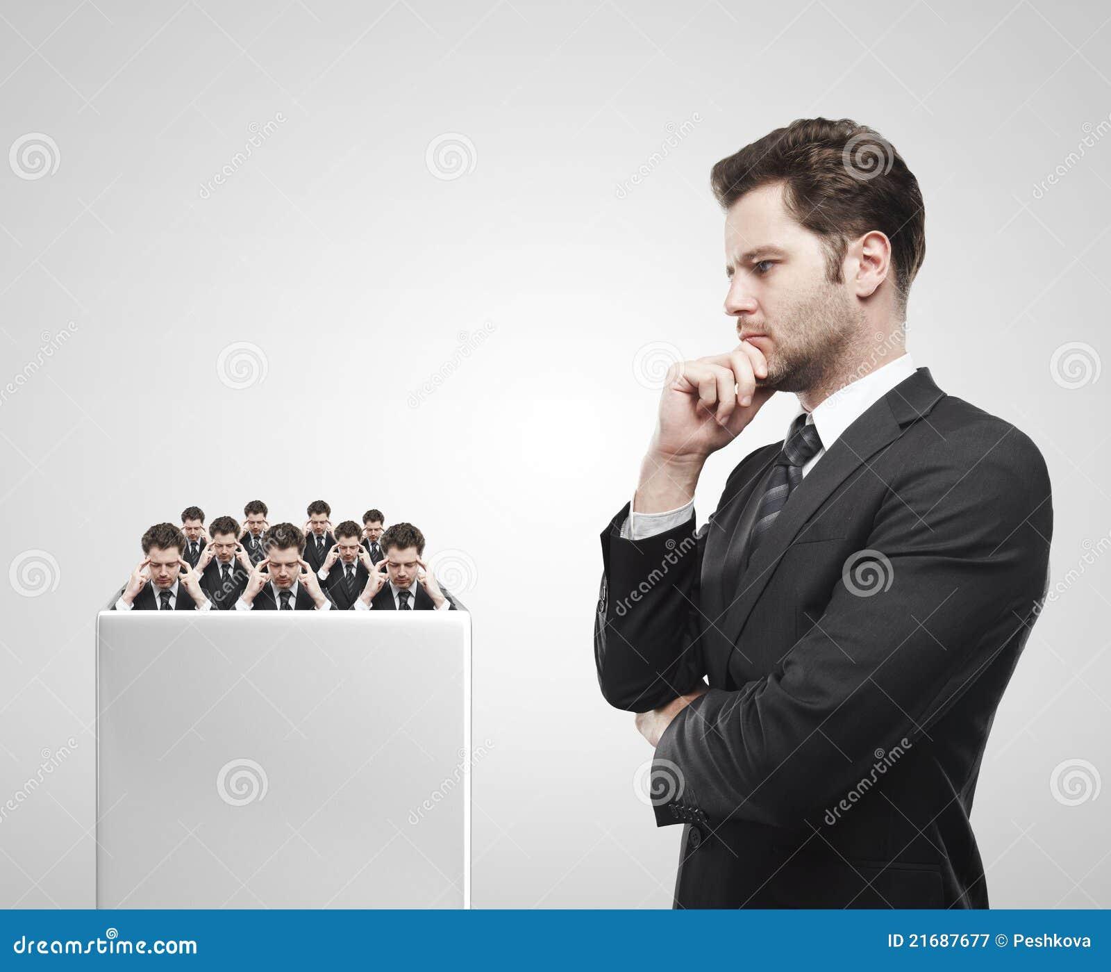 Mirada joven del hombre de negocios en el grupo de businessme