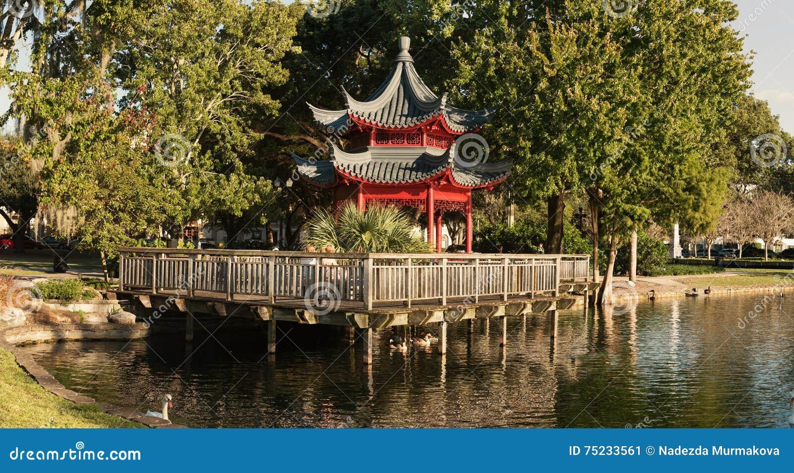 Miradouro asiático do estilo, lago Eola, Orlando