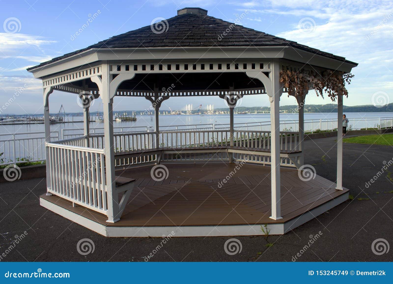 Miradouro em Piermont que negligencia a ponte de Tappan Zee