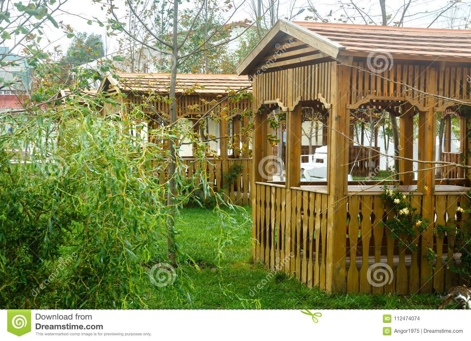 Miradouro vazio de madeira em um jardim Bom lugar para descansar no summe