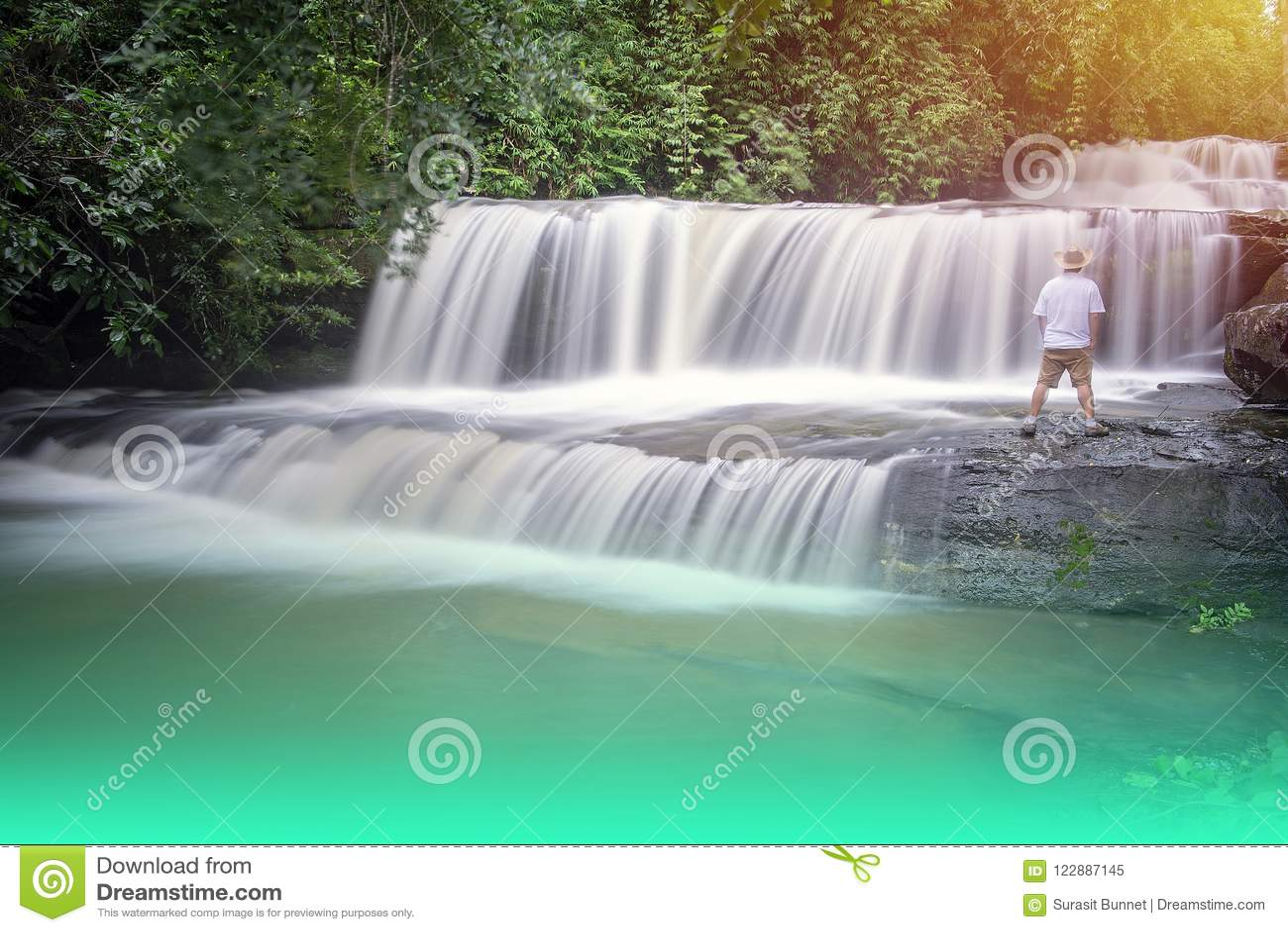 Mire la belleza de la cascada