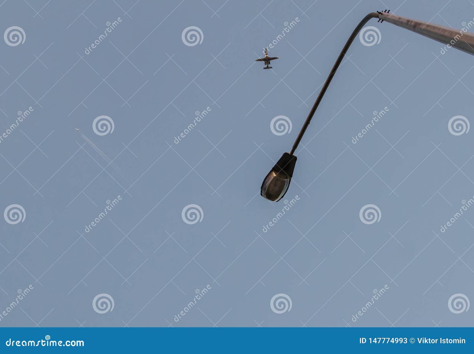 Mire para arriba Cambie la vida Millares de mosca de la gente a diversas direcciones del mundo y a los pa?ses diferentes Intente