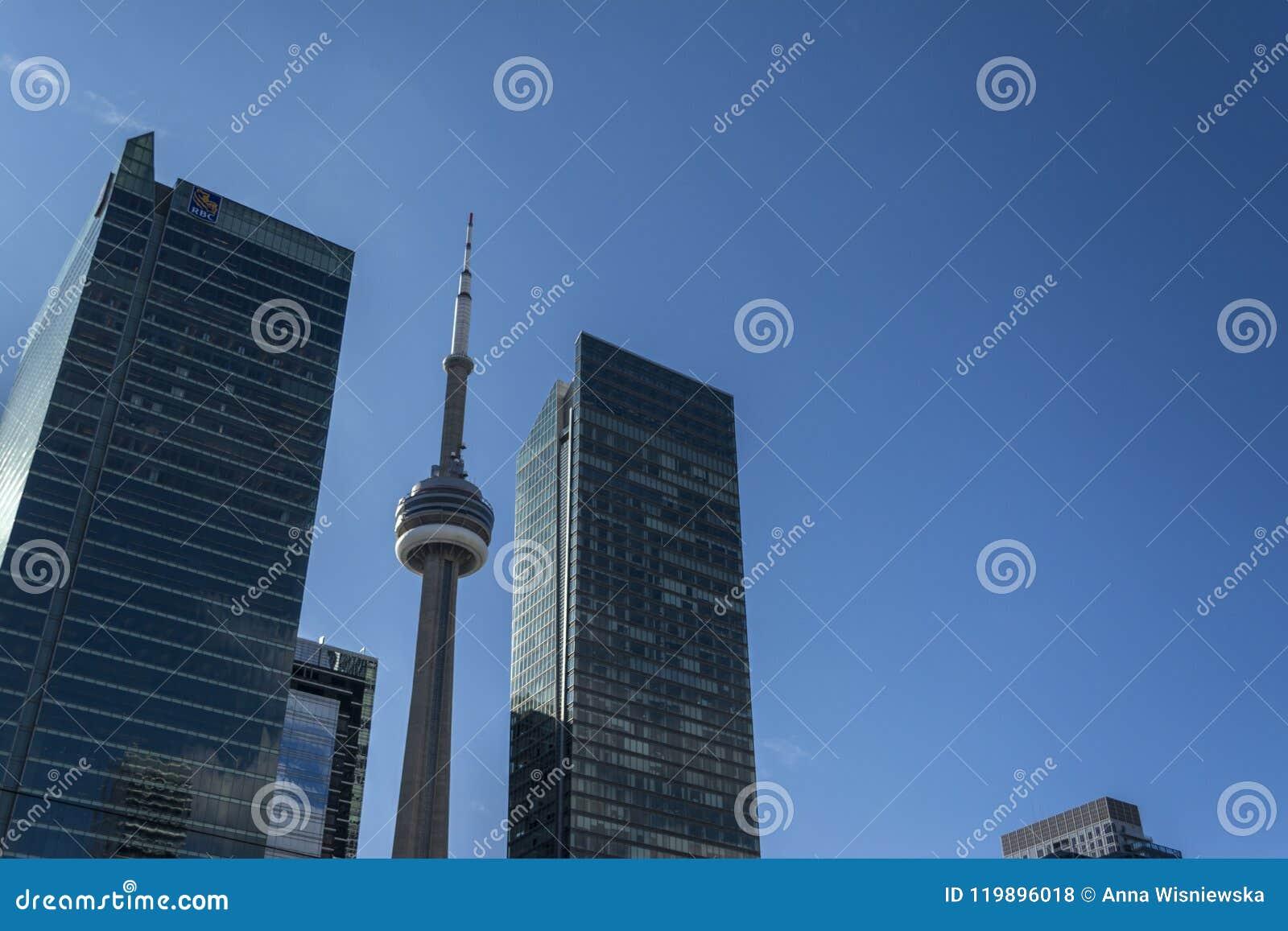 Mire para arriba en Toronto céntrico
