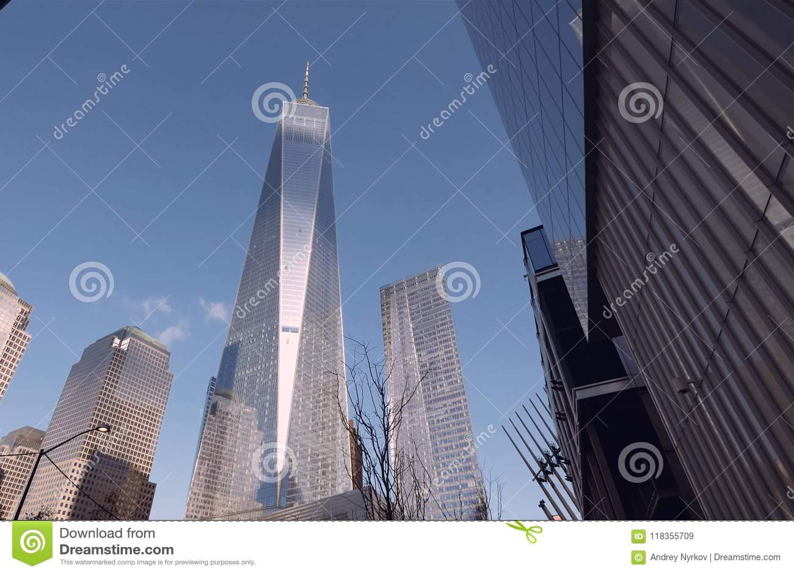 Mire para arriba los rascacielos de Nueva York Construcción de gran altura
