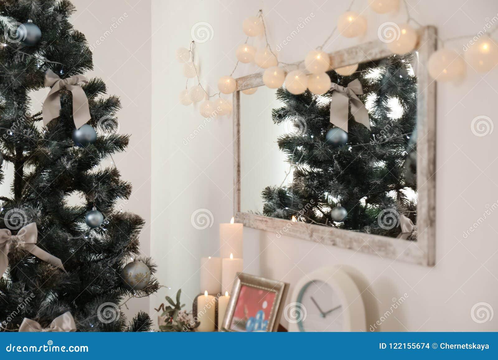 Sapin De Noel Sur Le Mur miroir avec des lumières de noël sur l'arbre de mur et de