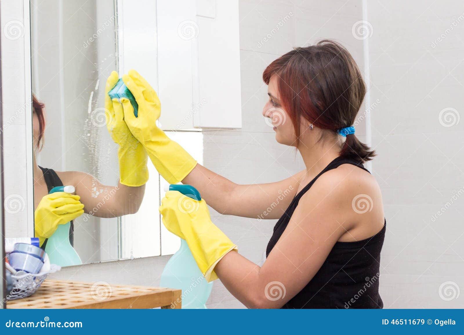 Miroir de lavage de fille mignonne dans la salle de bains