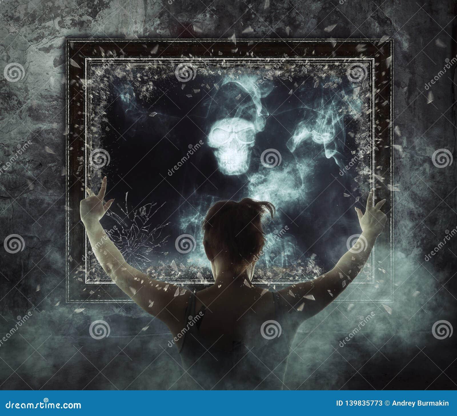 Miroir Fantôme terrible sur la fumée foncée