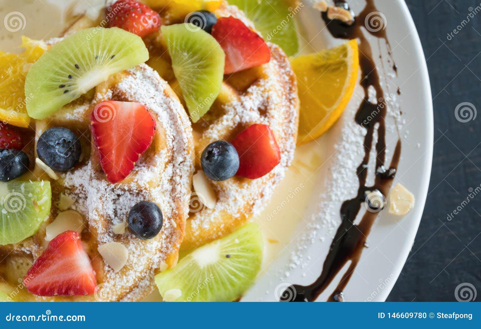 Mirtilo Kiwi Lemon Waffle Chocolate Dessert 3 da morango de Flatlay meio