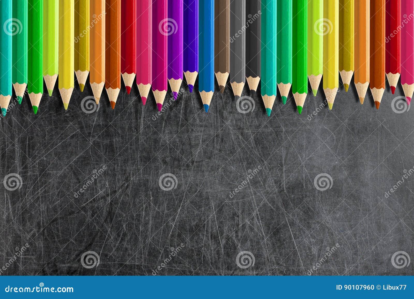 Misaligned coloreó la pizarra en blanco de la pizarra de los lápices