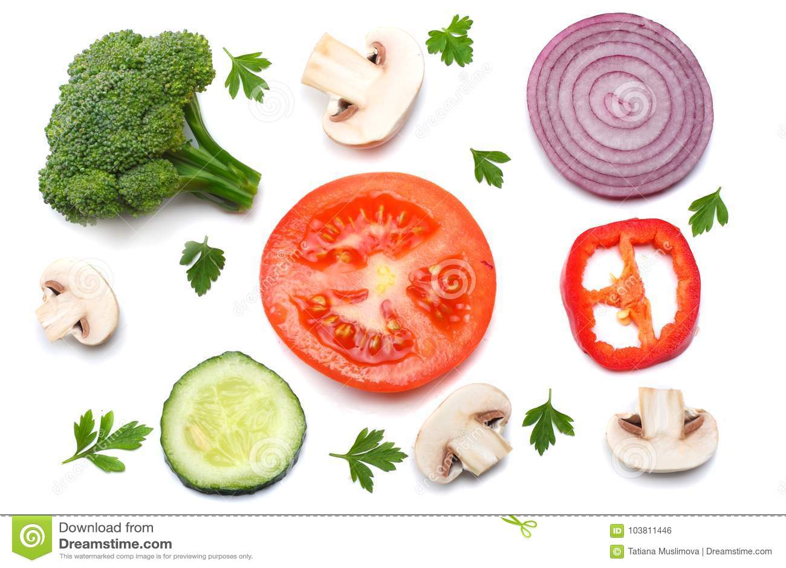 Miscela della fetta di pomodoro, di cipolla rossa, di prezzemolo, di fungo e di broccoli isolati su fondo bianco Vista superiore