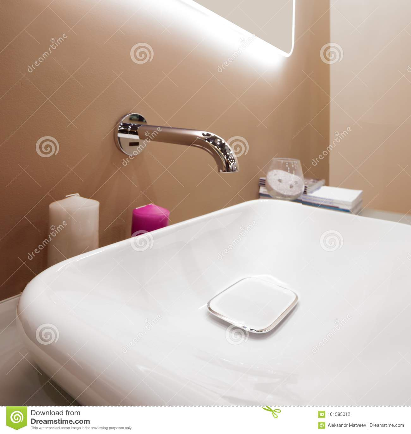 Miscelatore di lusso del rubinetto su un lavandino bianco in un bello bagno fotografia stock - Rubinetto lavandino bagno ...