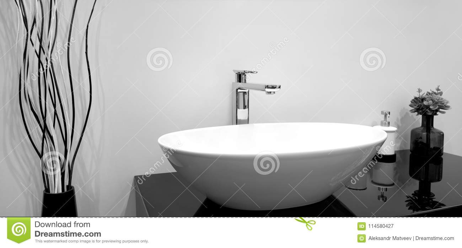 Bagno moderno grigio e bianco interno bagno bianco con un pavimento una vasca grigia un box - Miscelatore bagno moderno ...
