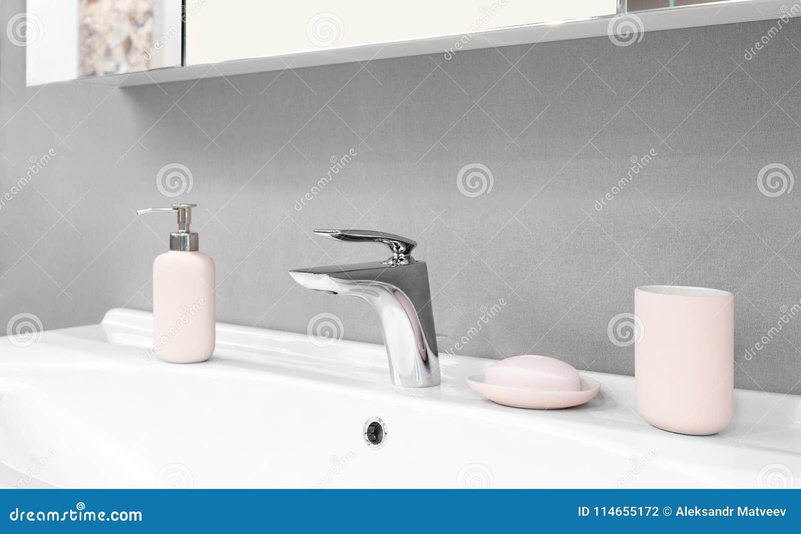 Miscelatore moderno di lusso del rubinetto di stile su un lavandino bianco in un bello bagno - Miscelatore bagno moderno ...