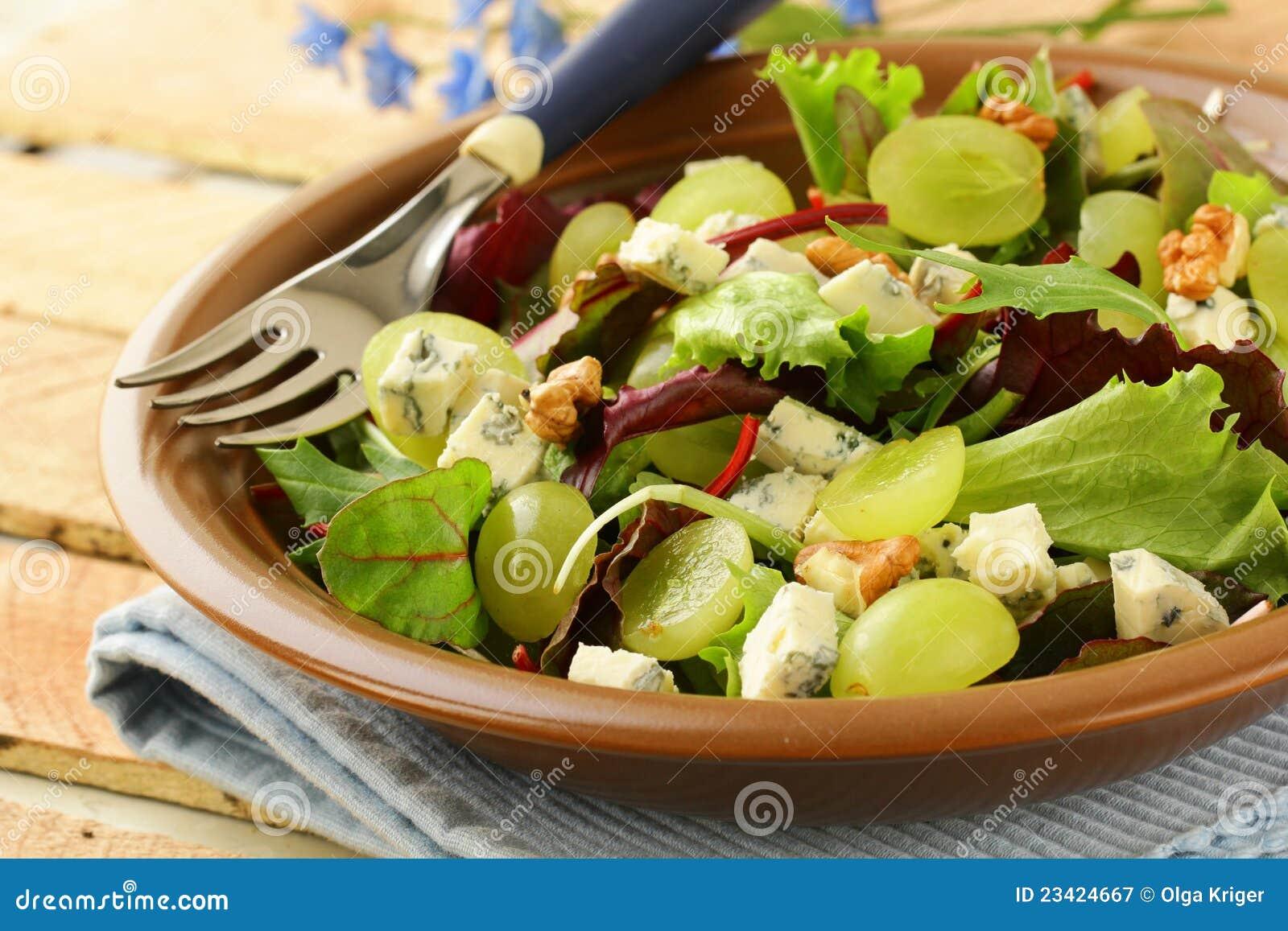 mischen sie salat mit trauben und waln ssen mit k se lizenzfreie stockfotografie bild 23424667. Black Bedroom Furniture Sets. Home Design Ideas