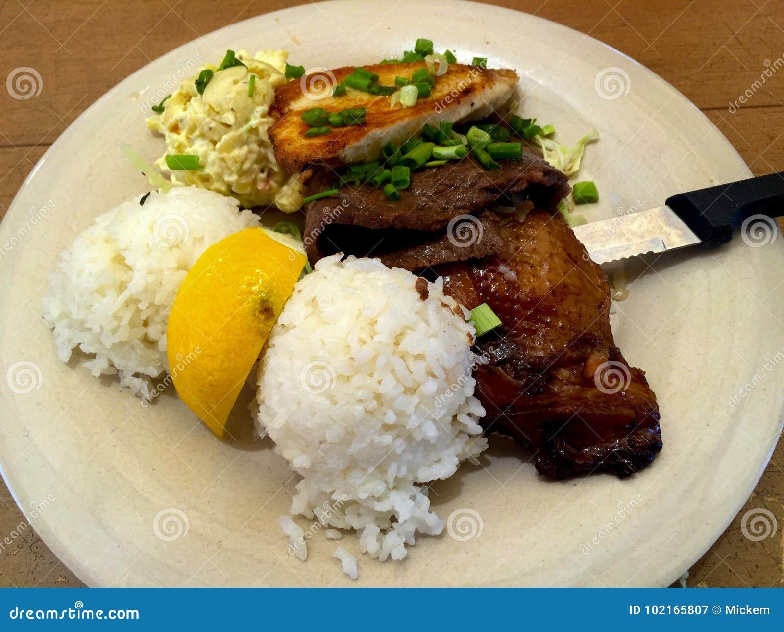 Mischplatten-hawaiischer Rindfleisch-Hühnerreis-Makkaroni-Zutritt