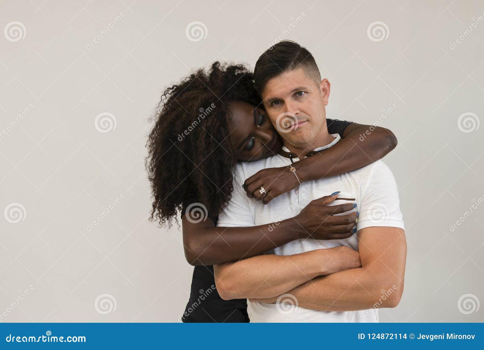 Mischrasse-Familie Junge zarte Frau, die seinen Ehemann umarmt lieben