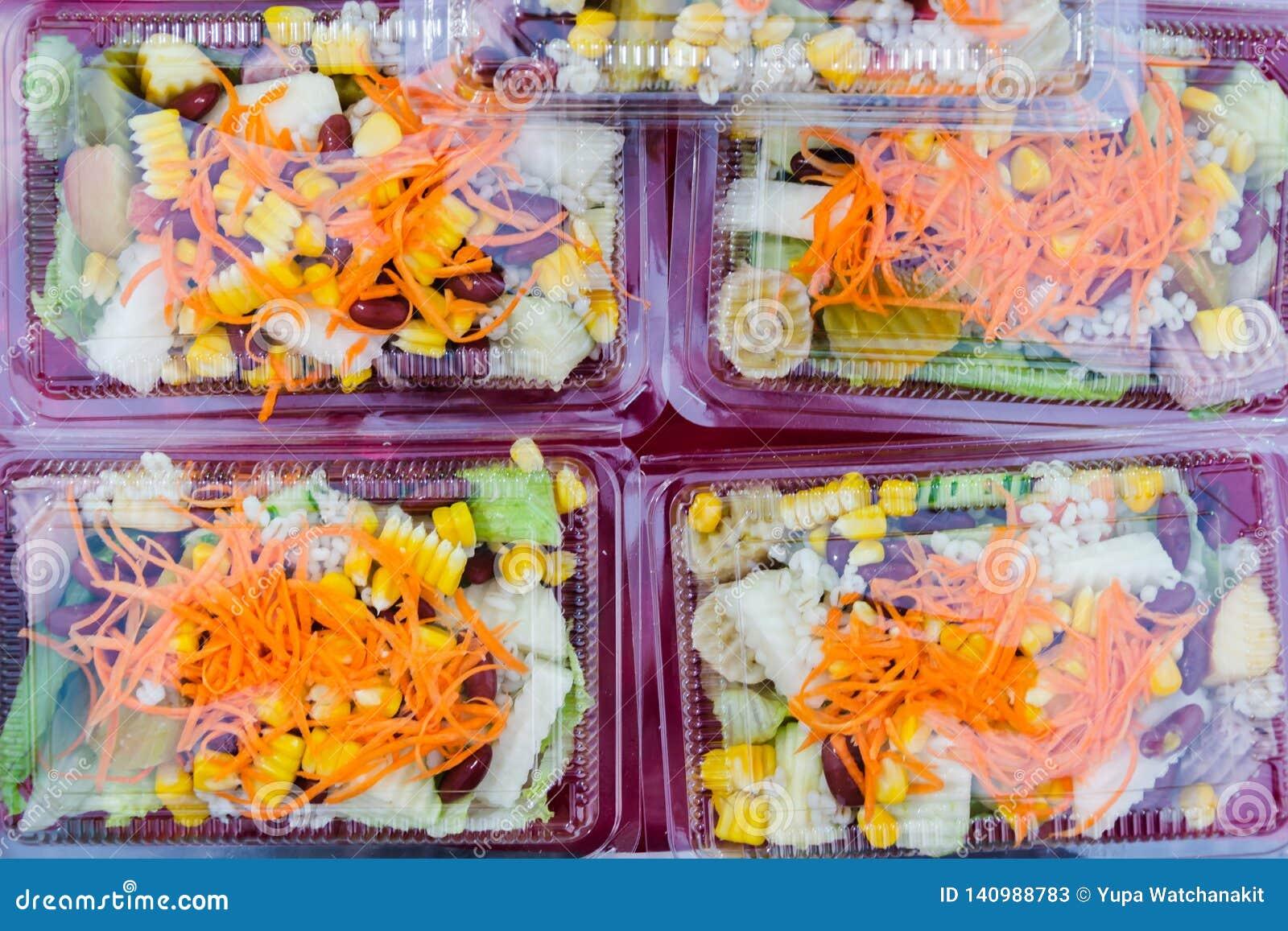 Mischungsobst- und gemüse Salat im Plastikpaket