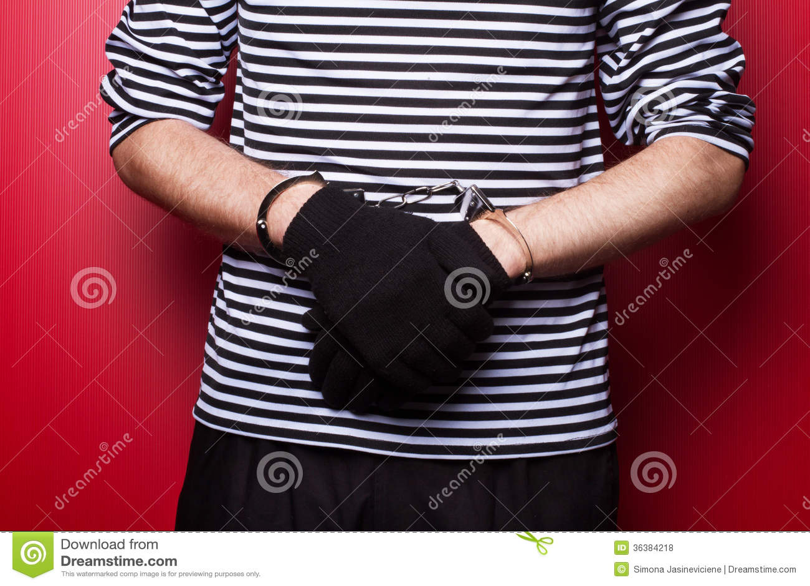 Misdadige die handen in handcuffs worden gesloten. Close-upmening