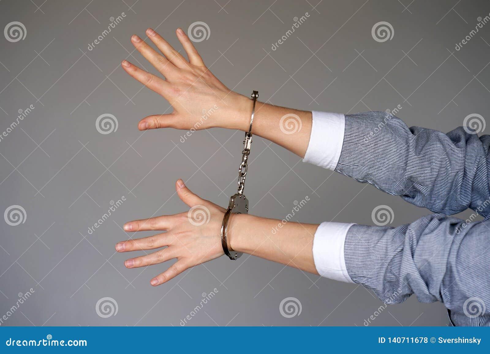 Misdadige handen die in handcuffs worden gesloten