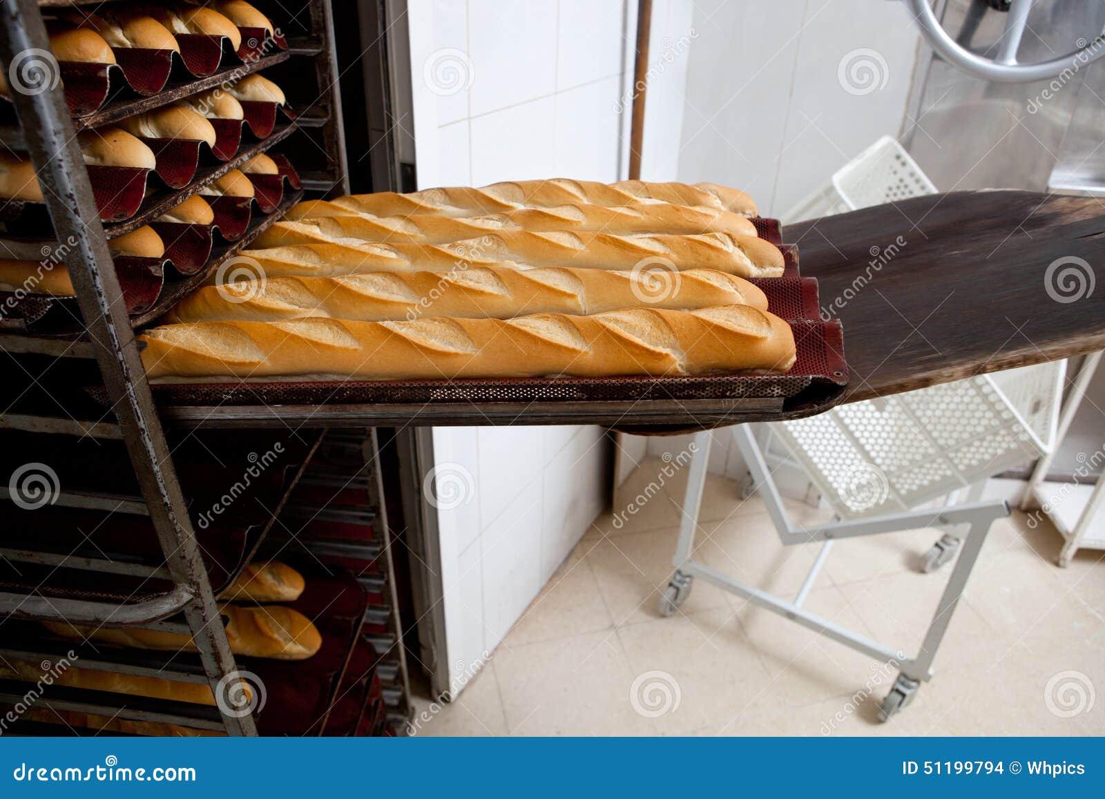 Mise du pain cuit au four frais de baguette dans le for Congeler du pain frais