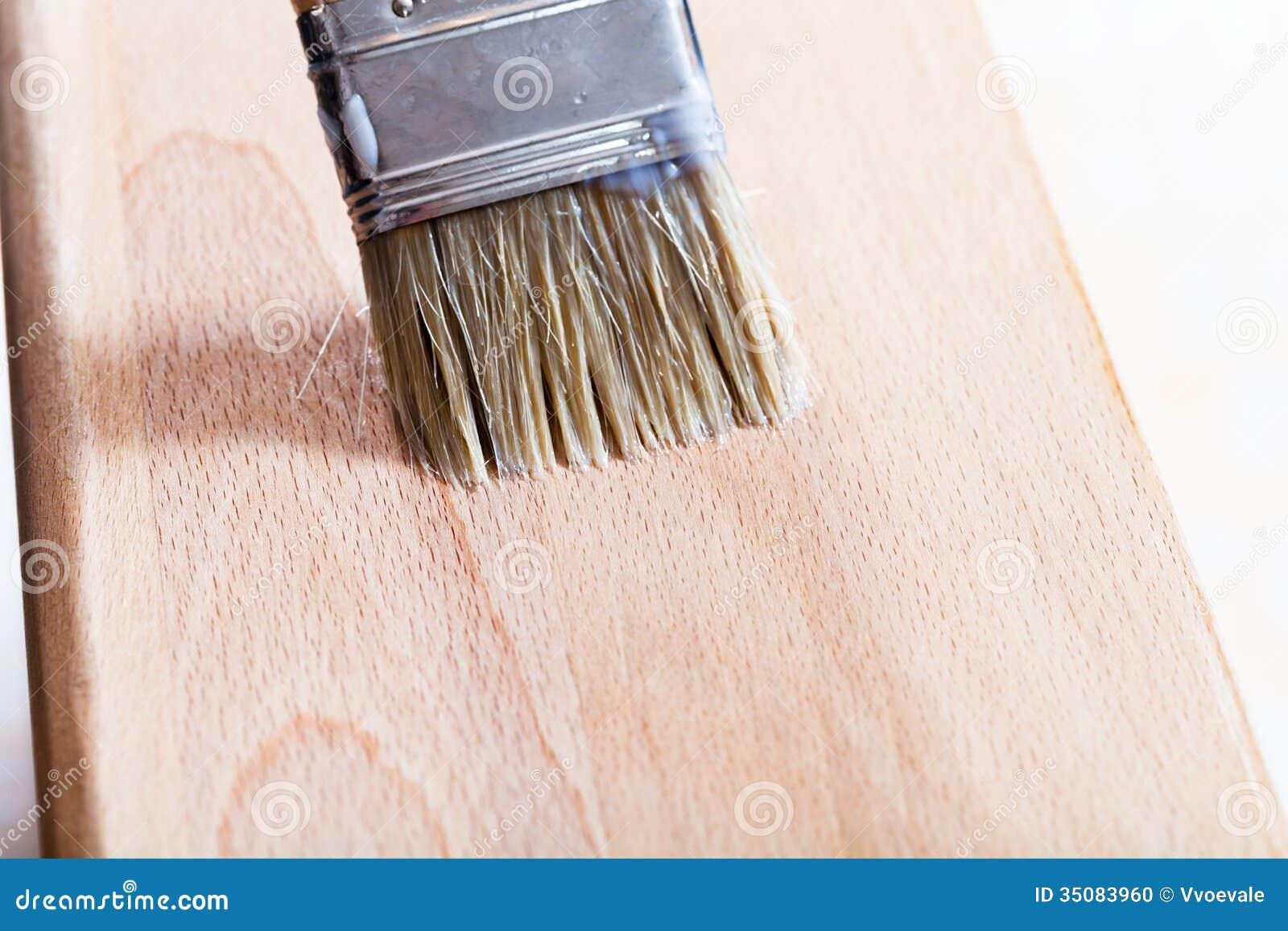 Mise du vernis sur le panneau en bois de plage photo stock for Application de vernis sur bois