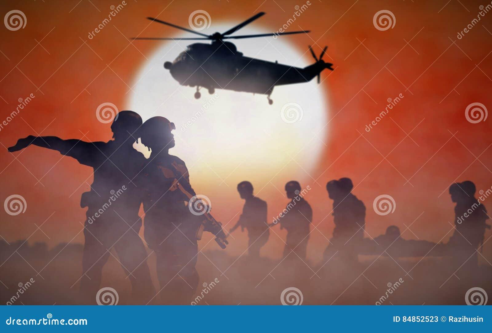 Misión de rescate militar del helicóptero durante puesta del sol