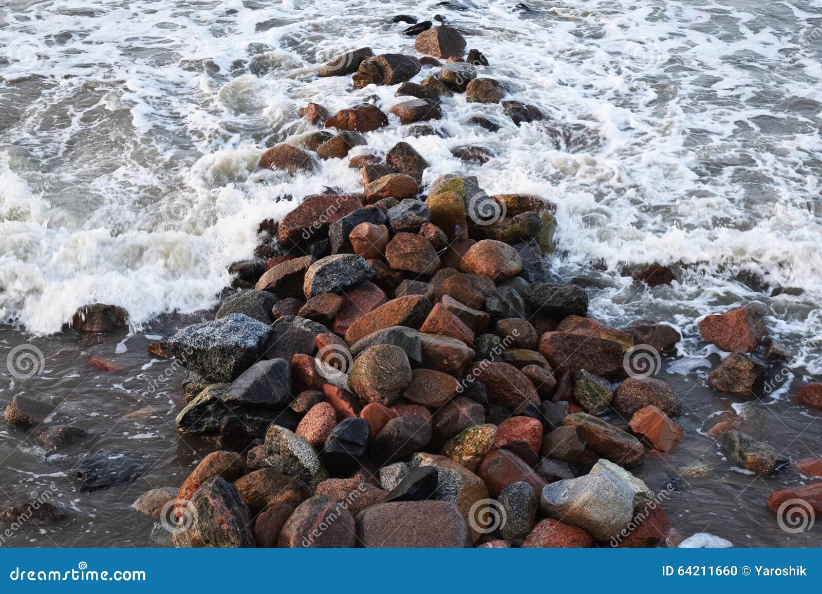 Mismo hermosa vista de las ondas que rabian del mar que golpearon la roca
