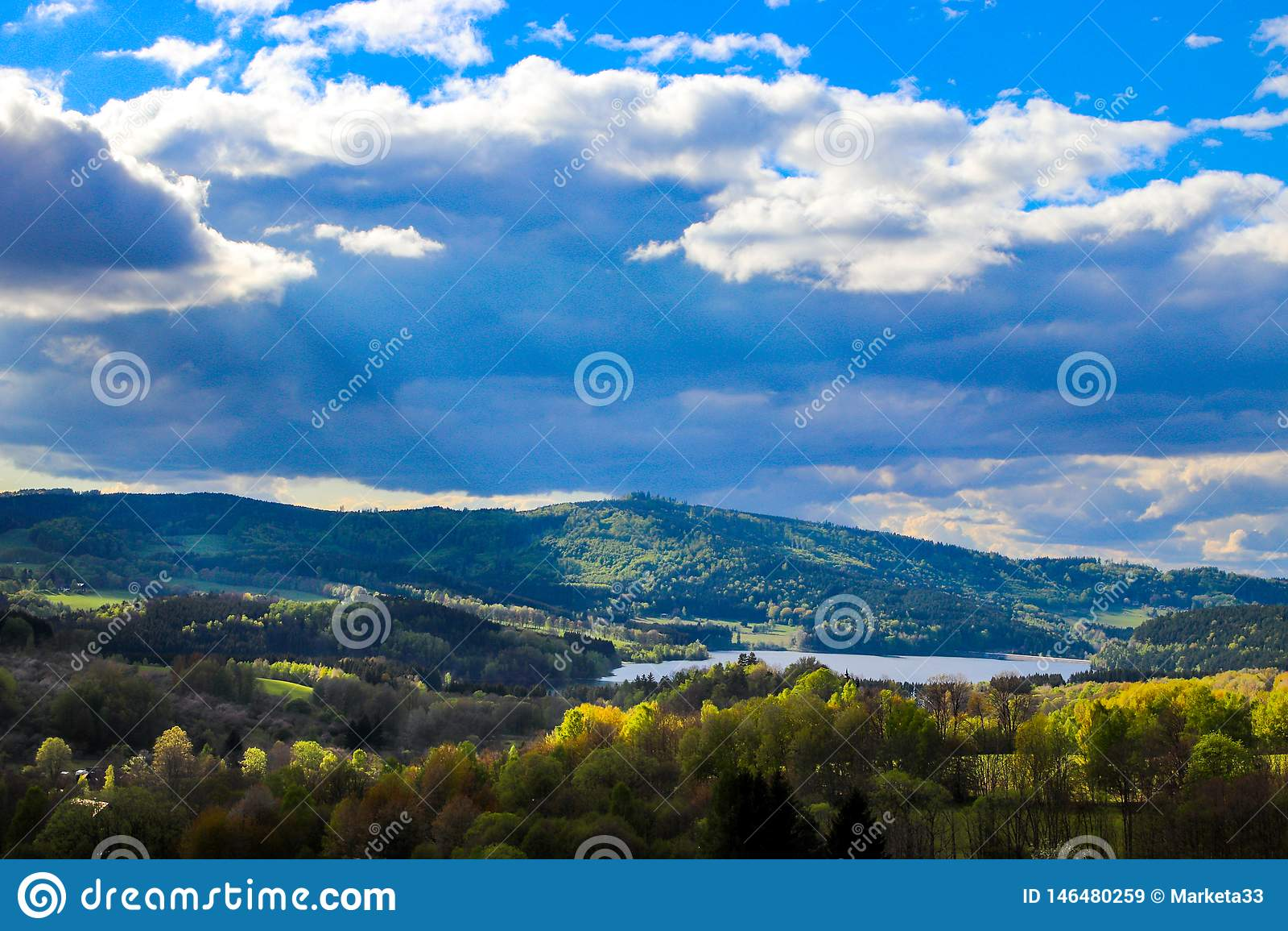 Mismo hermosa vista del paisaje checo