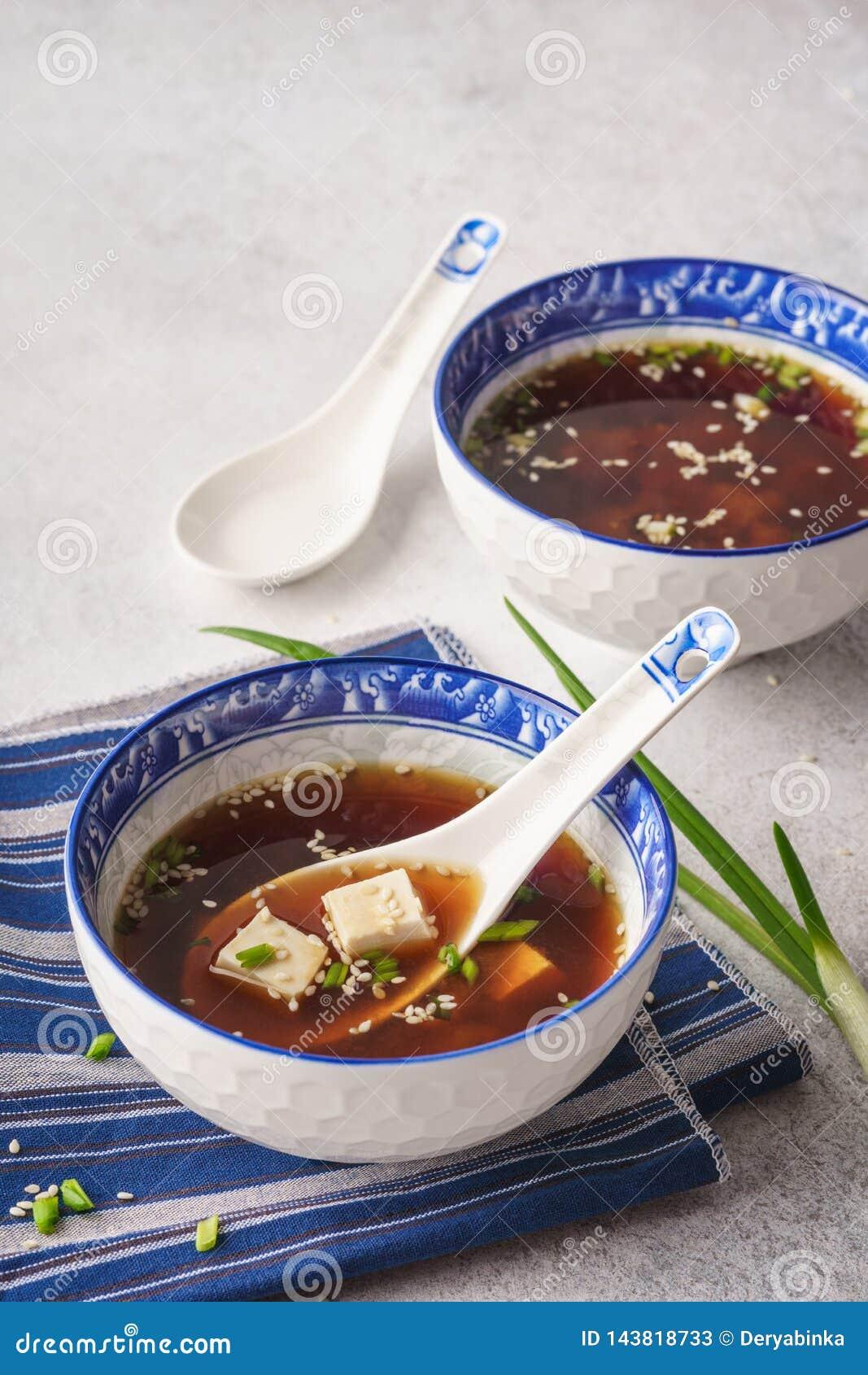 Miso soep met tofu, bieslook en sesam