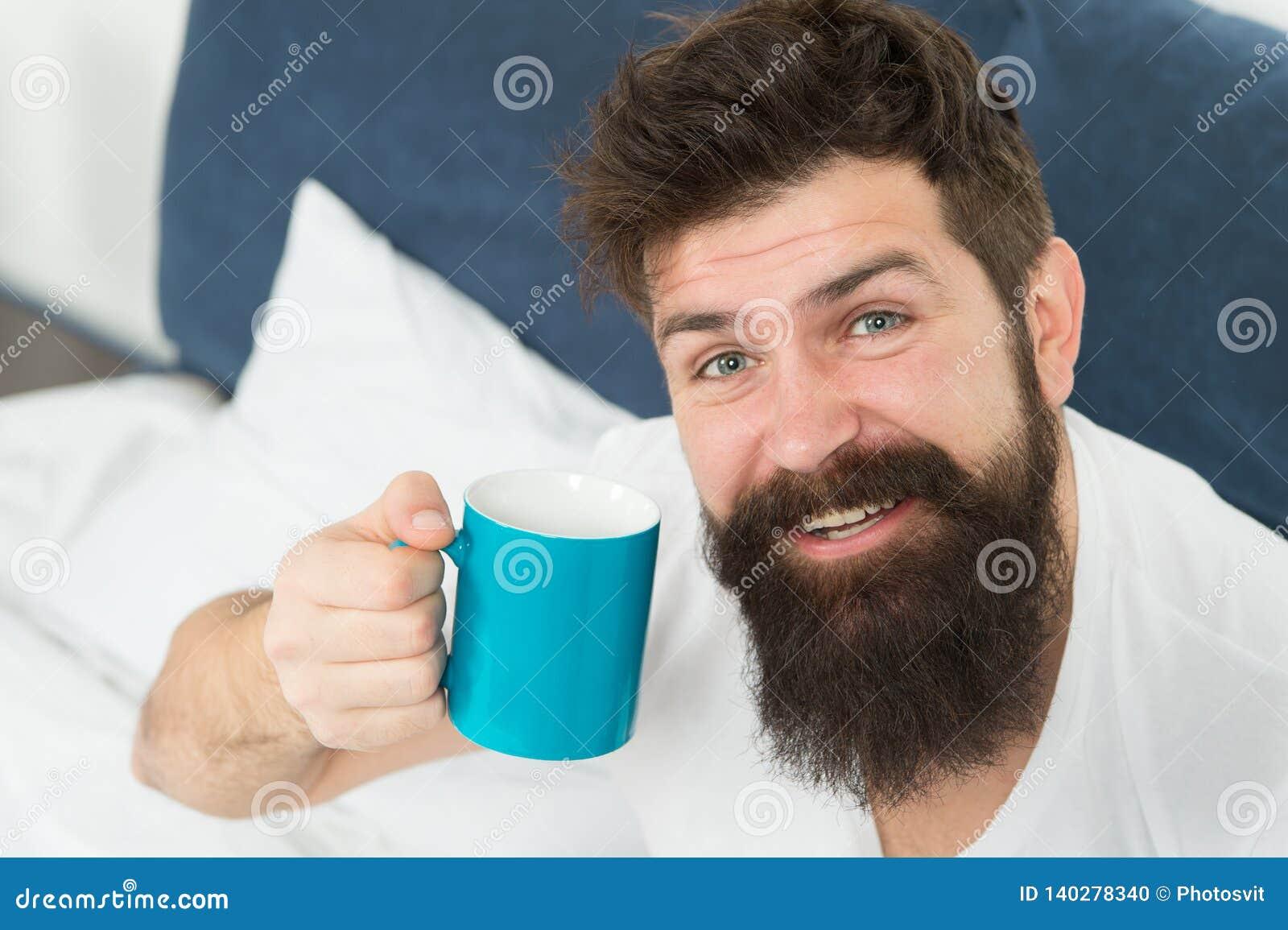Missbrukad koffein r Den bra bögen börjar från koppen kaffe Kaffe påverkar kroppen stilig man