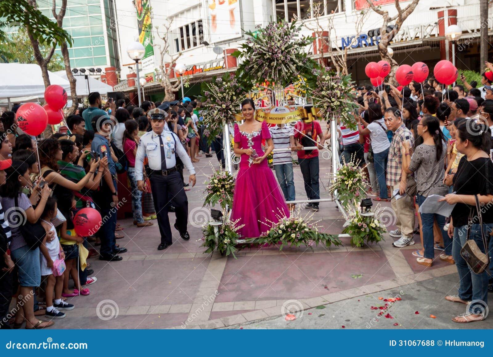 Misser Philippines, Binibining Pilipinas sluit zich aan bij Santacruzan in Manilla