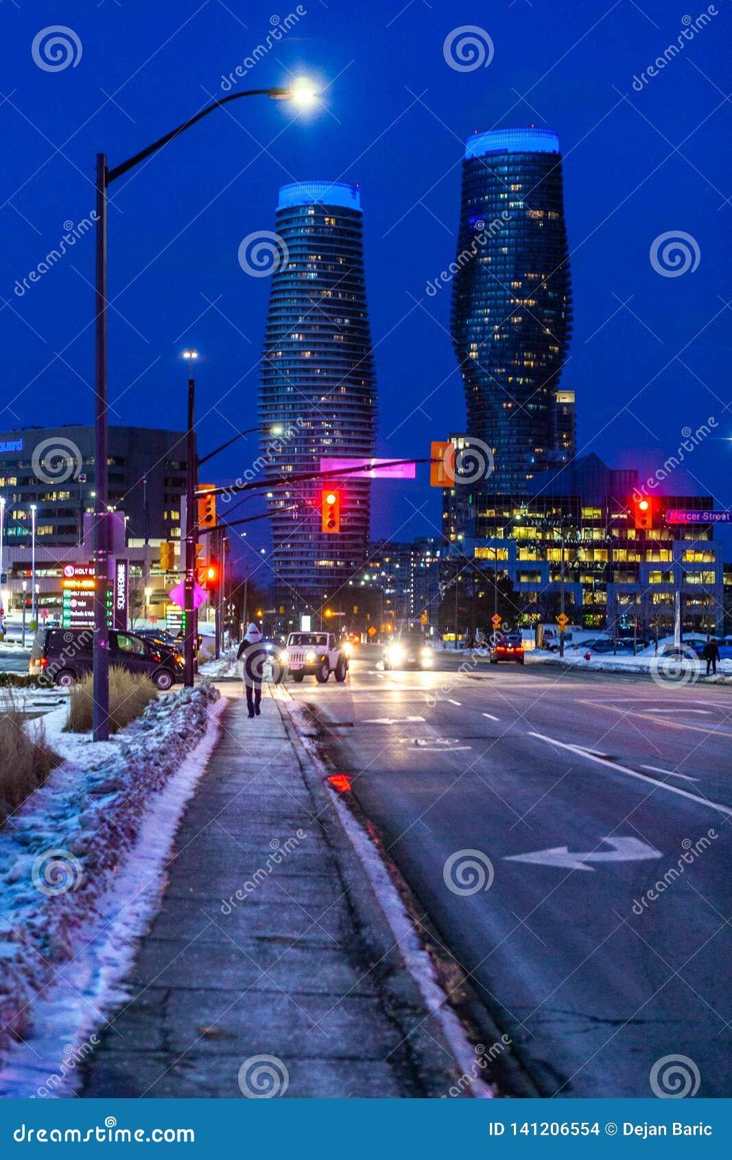 Mississauga, Kanada, am 14. Februar 2019: Twin Tower von absoluten Eigentumswohnungen herein, diese Hochhaus Mississauga-Eigentum