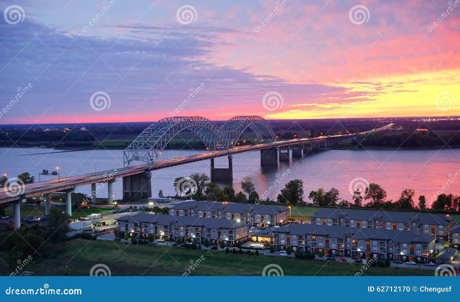 Mississippi River och soluppsättning